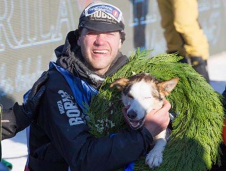 Petter Karlsson with sled dog in Finnmarkslöpet